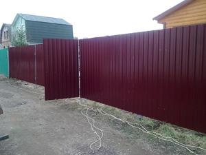 Используем качественные крепежные изделия при строительстве забора на земельном участке