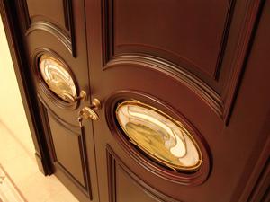 Какие двери лучше в загородном доме