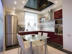 Отделка потолка в маленькой кухне квартиры или дома