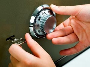 Какой сейф выбирать для дома и офиса: взломостойкий или огнестойкий?