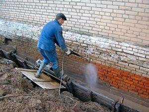 Гидроизоляция стен в кирпичном загородном доме